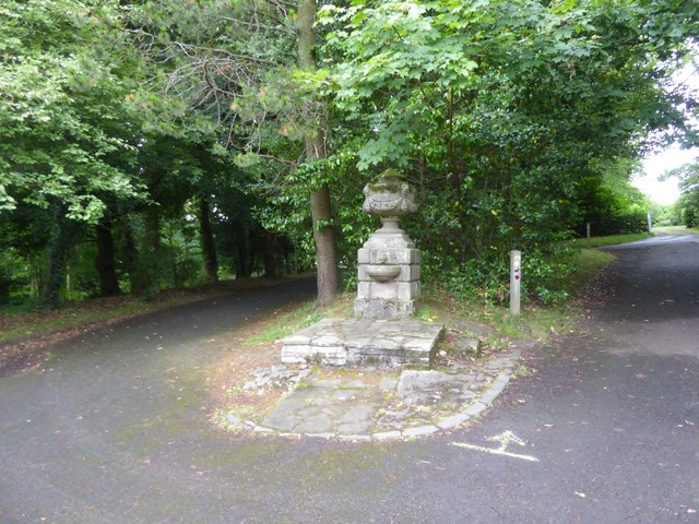 Stone urn near Knowehead Lodge, Pollok Country Park