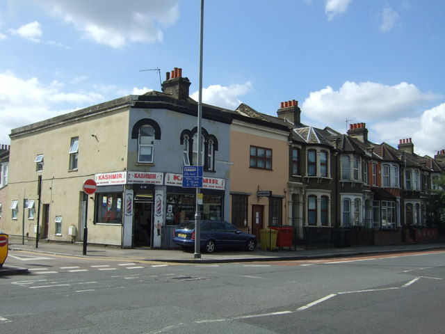 Hairdressers and houses on Lea Bridge Road (A104)