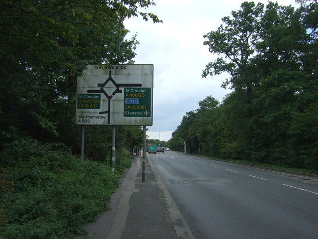 Woodford New Road (A104) approaching roundabout