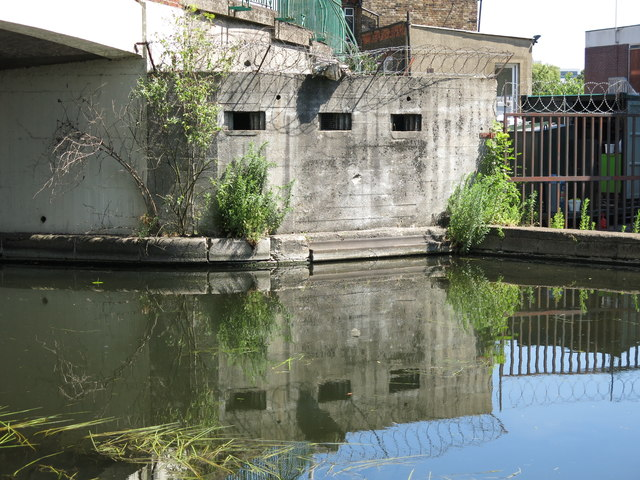 WW2 pillbox at the Rockingham Road bridge (no.186) over the Grand Union Canal