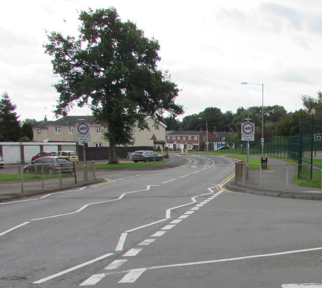 Weight limit signs, Llewellyn Road, Cwmbran
