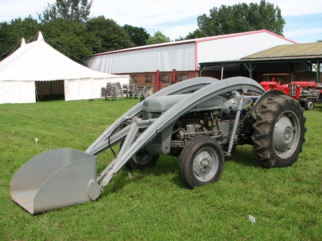 TEF 20 Ferguson tractor with top loader