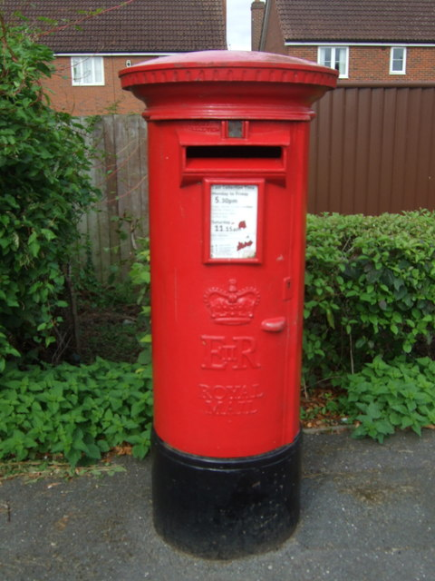 Elizabeth II postbox on The Avenue, March