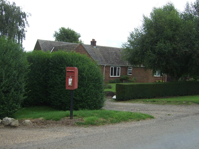 Elizabeth II postbox on Day's Lode Road, The Dams