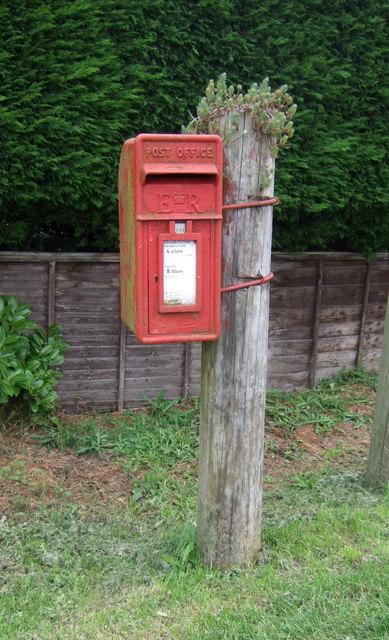 Elizabeth II postbox on Eastwood End