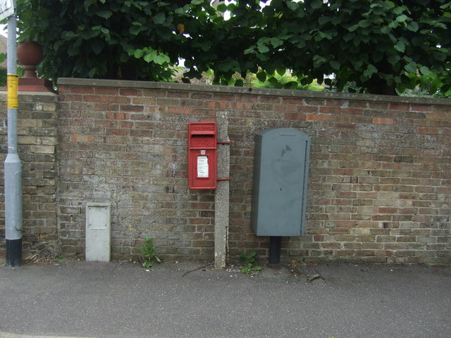 Elizabeth II postbox on London Road, Chatteris