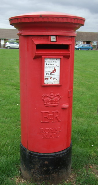 Elizabeth II postbox on New Road, Chatteris
