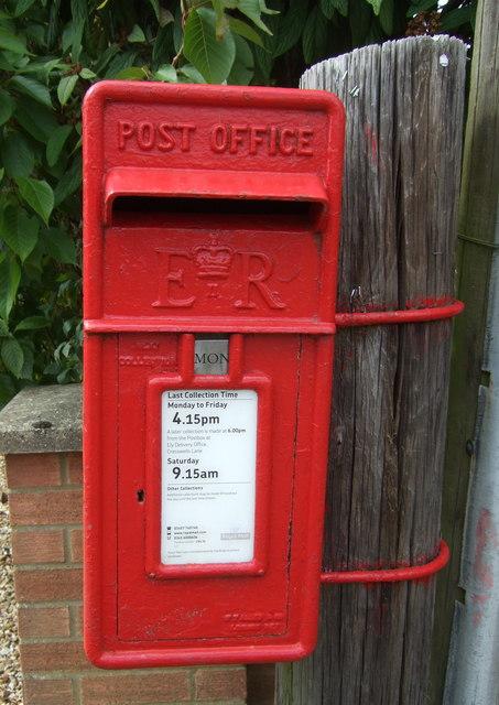 Close up, Elizabeth II postbox on High Street, Aldreth