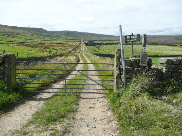Gate and stile on Issues Road, Holme