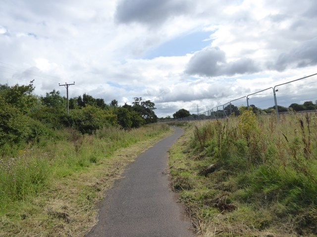 Cycle path between the ditch and the fence