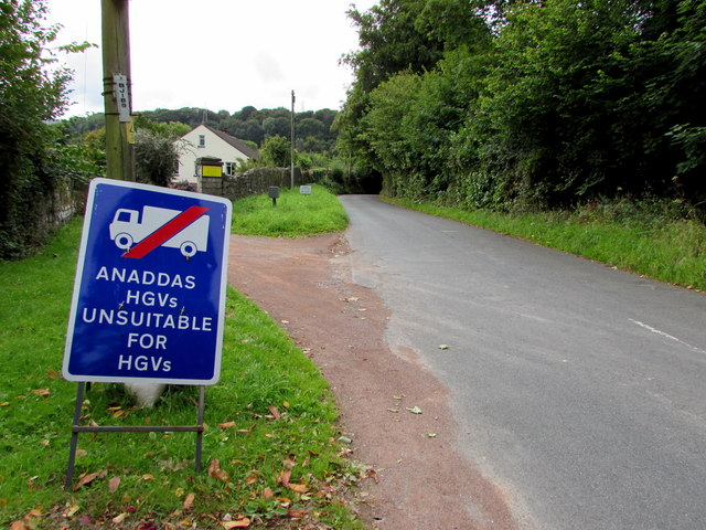 Bilingual temporary road sign, Maesygwartha Road, Gilwern