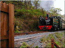SN7377 : No 8 approaches the foot crossing at Ty'n-y-castell by John Lucas
