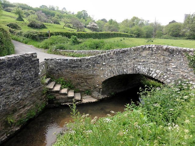 Bridge and brook in Littlehempston