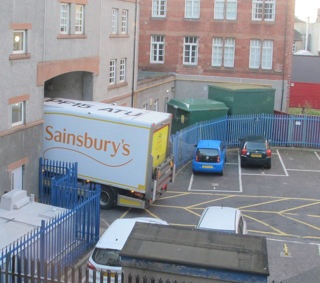 Sainsbury's lorry just fits archway in Richmond Place, Edinburgh