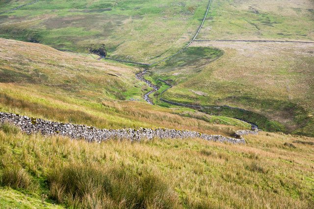 Dry stone wall descending towards Hearne Beck
