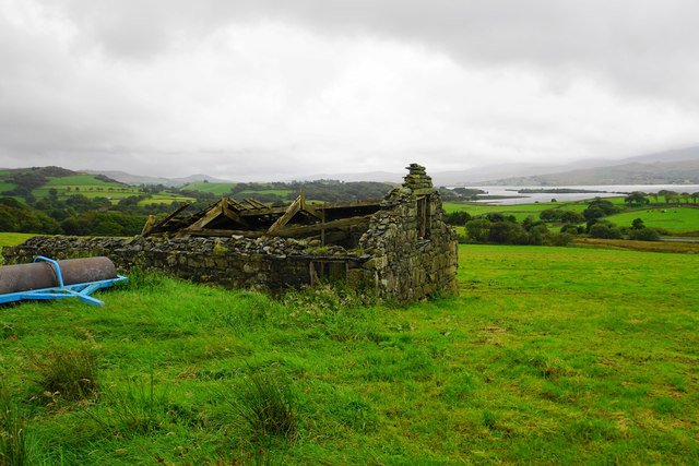 Ruined farm building above Coed-cae-dû