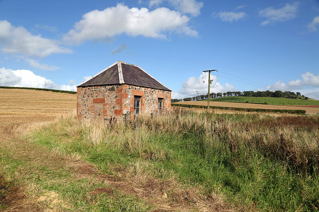 A pump house on agricultural land south of Fans