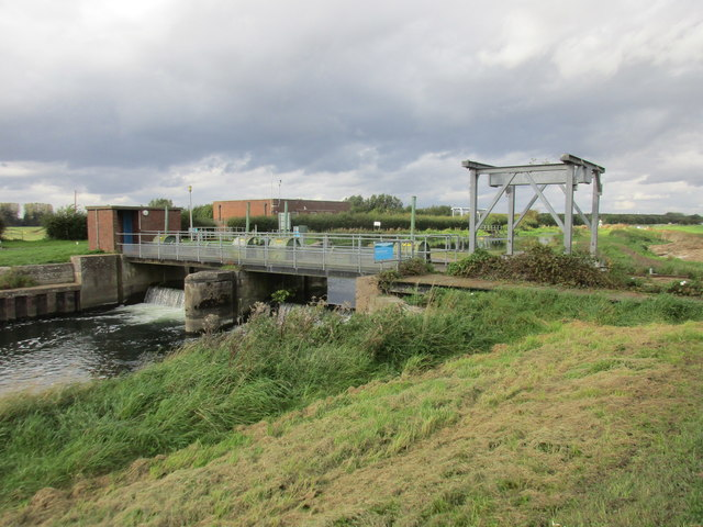 Weir and travelling crane, Struncheon Hill (Hempholme) Lock