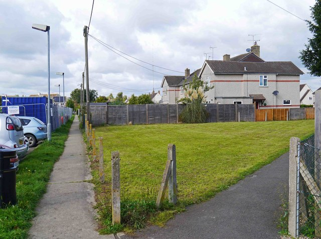 Two footpaths to Gassons Road, Lechlade on Thames, Glos