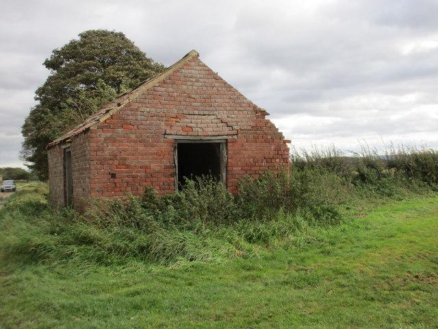 Dilapidated field barn near Manor House Farm