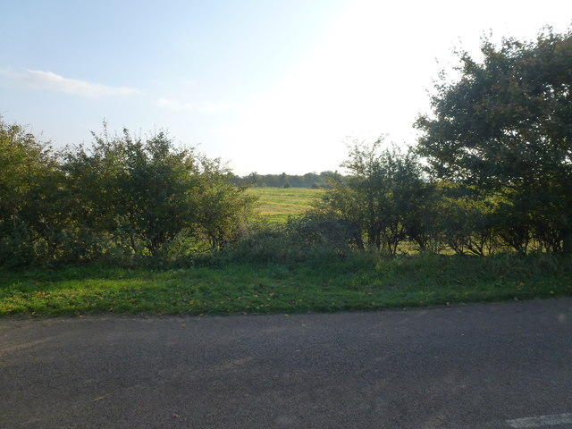 Start of footpath heading south from Racecourse Road