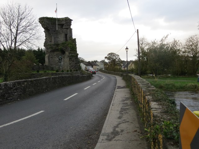 Road (N74) and bridge crossing the River Suir at the ruins of Golden Castle