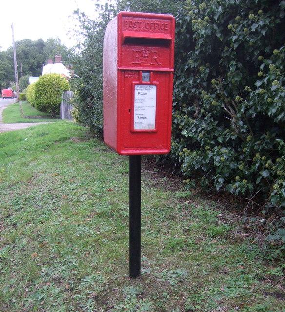 Elizabeth II postbox on Dun Cow Road, Aldeby