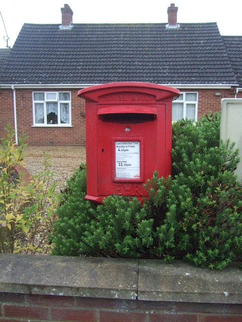 Elizabeth II postbox on Lynn Road, Ingoldisthorpe