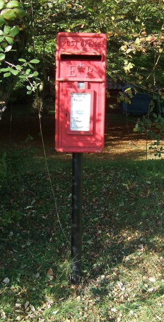 Elizabeth II postbox on Church Walk, Burnham Westgate