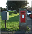TF6741 : Elizabeth II postbox on Cliff Parade, Hunstanton by JThomas