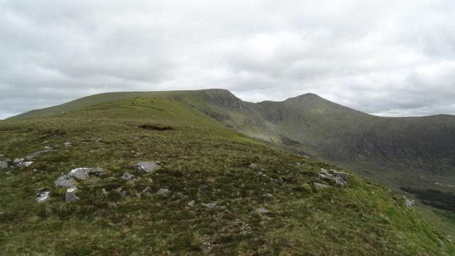 The ridge leading up to Corranabinnia SW top