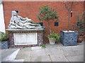 TQ3181 : The tomb of Oliver Goldsmith by Marathon