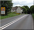 ST9898 : Oncoming vehicles in middle of road warning sign on the A433 towards Cirencester by Jaggery