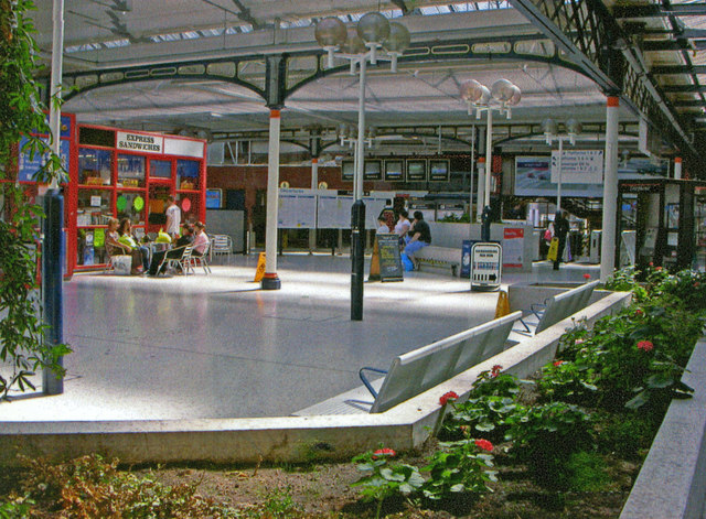 Portsmouth & Southsea station, concourse and  buffet 2006