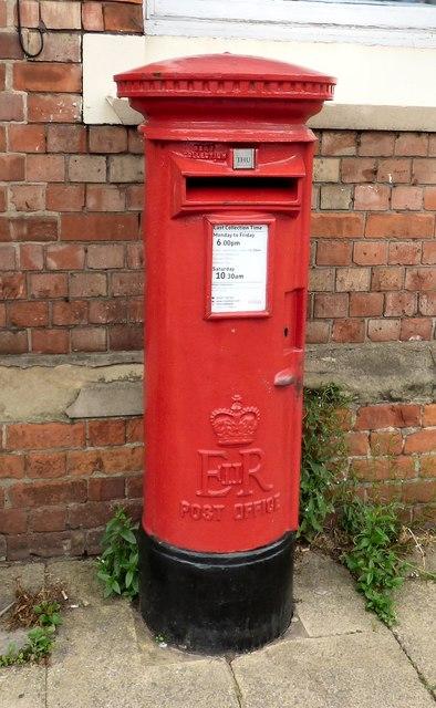 E II R postbox (WA14 41)