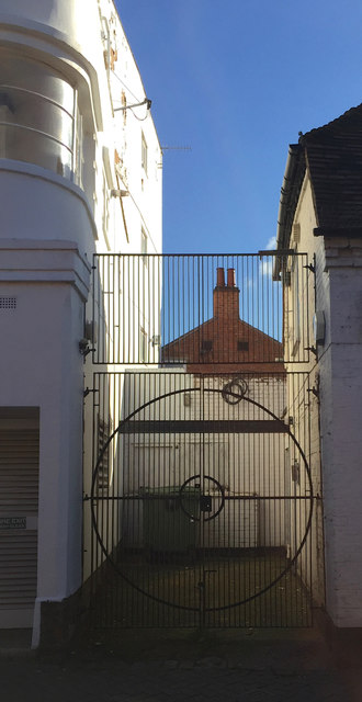 Gates and a screen, Windsor Street, Stratford-upon-Avon