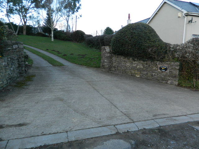 Entrance and track to Ty-maen Farm