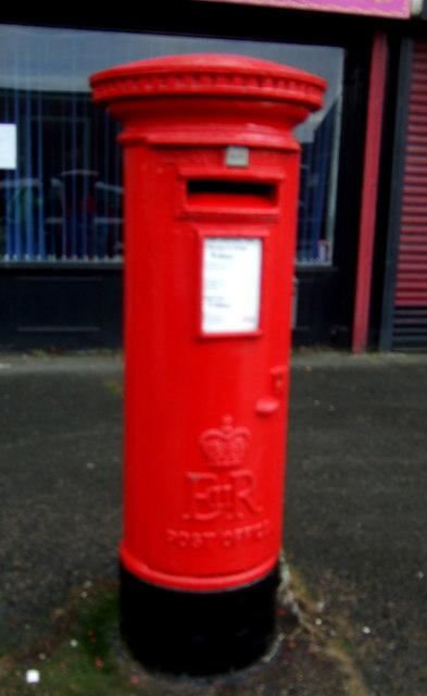 Elizabeth II postbox on Caroline Street, Hull