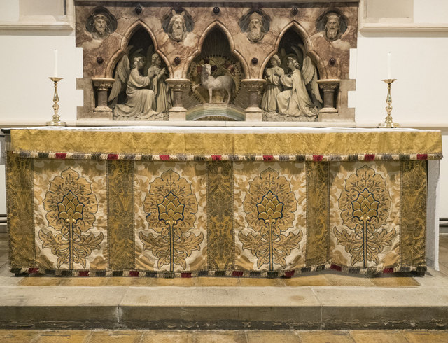 St Nicholas, St Nicholas Way, Sutton - Reredos & altar