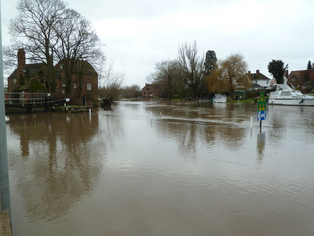 Fladbury - a very high River Avon