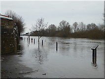 SO8454 : Footpath blocked by flood water by Chris Allen