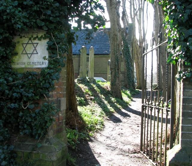 Pedestrian gate into the Jewish burial ground