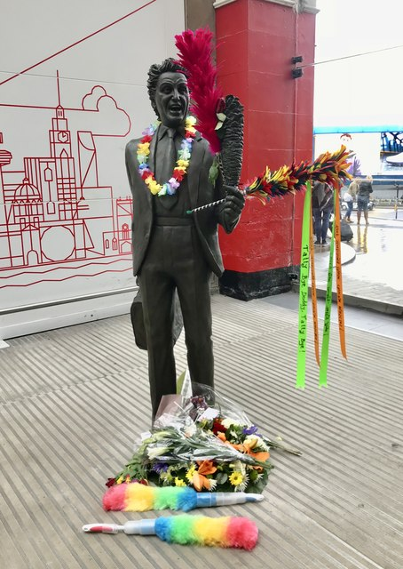 Tributes to Ken Dodd at Liverpool Lime Street