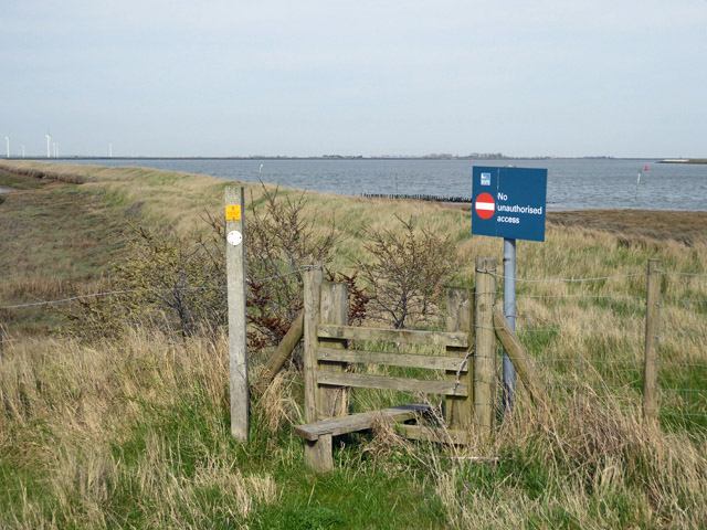 Access to old sea wall to Wallasea Ness