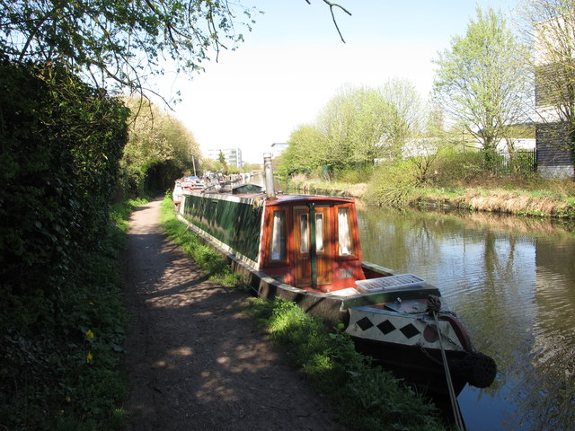 """Iris Kate"" narrowboat on Grand Union Canal"