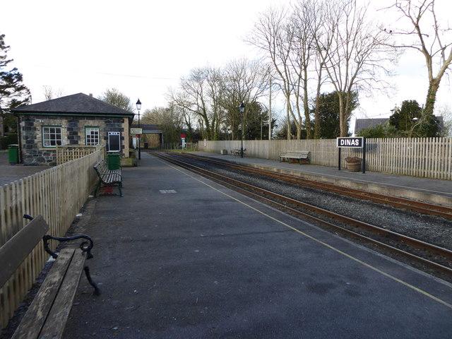 Waiting Room and platform at Dinas station