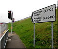 SO2800 : Bilingual direction sign, Pontypool by Jaggery