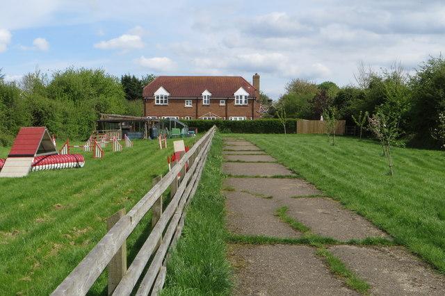 Footpath into Eaton Bray