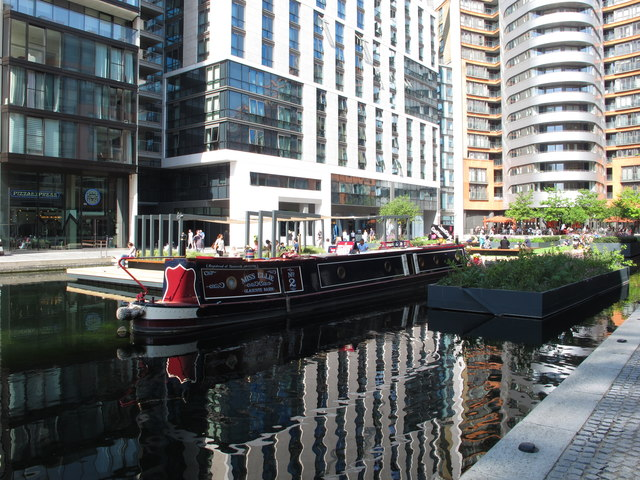 Narrowboat as off-licence bar in Paddington Basin