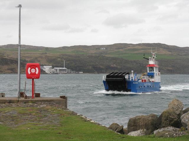 'Eilean Dhiura' arriving at Feolin